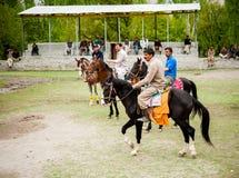 斯卡都,巴基斯坦- 4月18 :一未认出双人在斯卡都, 2015年4月18日的马球比赛南部的一个村庄在斯卡都, 免版税库存照片