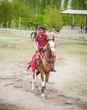 斯卡都,巴基斯坦- 4月18 :一未认出双人在斯卡都, 2015年4月18日的马球比赛南部的一个村庄在斯卡都, 库存图片