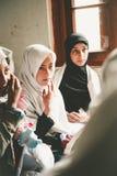 斯卡都,巴基斯坦- 4月18 :未认出的孩子在斯卡都南部的一个村庄在教室学会 免版税库存照片