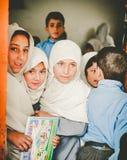 斯卡都,巴基斯坦- 4月18 :未认出的孩子在斯卡都南部的一个村庄在教室学会 库存图片