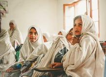 斯卡都,巴基斯坦- 4月18 :未认出的孩子在斯卡都南部的一个村庄在教室学会 库存照片