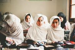 斯卡都,巴基斯坦- 4月18 :未认出的孩子在斯卡都南部的一个村庄在教室学会 免版税库存图片
