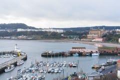 斯卡巴勒港口和海滩看法  免版税图库摄影