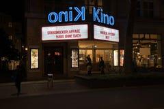 斯图加特夜街道和大厦场面, Kino arthouse剧院 库存照片