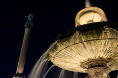 斯图加特德国市喷泉和雕象专栏夜满天星斗的天空 免版税图库摄影