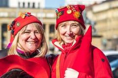 斯图加特,德国- 2018年2月19日:两妇女获得乐趣在carinival的Fasching期间城市 免版税库存照片