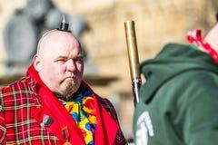 斯图加特,德国- 2018年2月19日:做一张严肃的面孔的人在期间忏悔节游行 库存照片