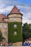 斯图加特,德国31日2012年:在中央街道和塔上的街道场面 库存图片