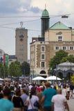 斯图加特,德国31日2012年:在斯图加特中央驻地中央街道和塔上的街道场面与转动的梅尔切的 免版税库存照片