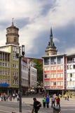 斯图加特,德国31日2012年:街道场面在有房子和修道院教会的Stiftskirche市场在背景中 图库摄影