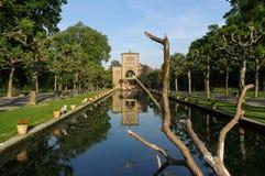 斯图加特,德国- MAI 13日2015年:动物园Wilhelma 有水生植物的人为池塘 古老宫殿在背景中 库存图片