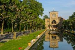 斯图加特,德国- MAI 13日2015年:动物园Wilhelma 有水生植物的人为池塘 古老宫殿在背景中 免版税图库摄影