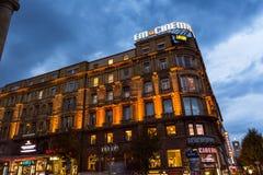 斯图加特Koenigsstrasse剧院夜间长的曝光Touris 免版税库存图片