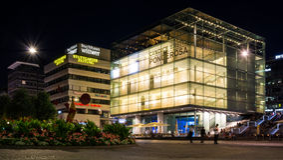 斯图加特Kunstmuseum著名地标大厦夜光 图库摄影