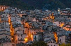 斯坎诺美丽的村庄在晚上,在秋天季节期间 阿布鲁佐,意大利中部 免版税库存照片