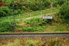 斯坦贝奇,德国- 2018年9月01日:森林火车站在撒克逊人的矿石山durin的Pressnitz河谷命名了Wildbach 库存照片
