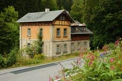 斯坦贝奇,德国- 2018年9月01日:由导致斯坦贝奇村庄的方式的历史房子在撒克逊人的Pressnitz河谷 免版税库存照片