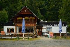 斯坦贝奇,德国- 2018年9月01日:餐馆名为Wildbach在撒克逊人的矿石山的Pressnitz河谷在雨期间 免版税库存图片
