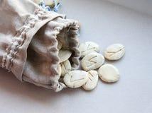 斯堪的纳维亚诗歌-在一个亚麻布袋子的手工制造模子 免版税库存照片