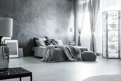斯堪的纳维亚单色灰色卧室设计 免版税库存图片