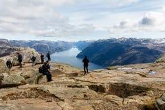 斯塔万格,挪威- 2016年4月16日:人们站立在布道台的,讲坛岩石 Lysefjorden在背景中 库存照片
