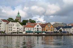 斯塔万格,挪威- 2016年7月31日:斯塔万格港的内在港口,在威胁的天空下 库存图片