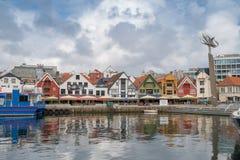 斯塔万格,挪威- 2016年7月31日:斯塔万格港的内在港口,在威胁的天空下 免版税图库摄影