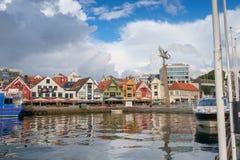 斯塔万格,挪威- 2016年7月31日:斯塔万格港的内在港口,在威胁的天空下 免版税库存图片