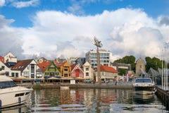 斯塔万格,挪威- 2016年7月31日:斯塔万格港的内在港口,在威胁的天空下 库存照片