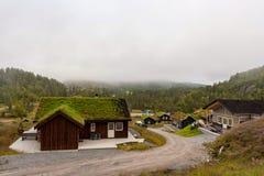 斯塔万格,挪威- 2015年8月31日:村庄在挪威有有薄雾的背景和森林 库存图片