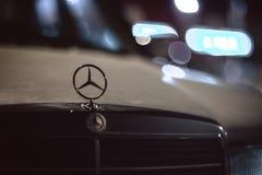 斯塔夫罗波尔,俄罗斯- 01 02 2015 - 商标和徽章在一辆老白色葡萄酒默西迪丝汽车 免版税库存照片