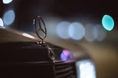 斯塔夫罗波尔,俄罗斯- 01 02 2015 - 商标和徽章在一辆老葡萄酒默西迪丝汽车 免版税库存照片