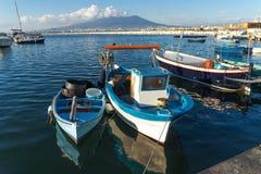斯塔比亚海堡,那不勒斯,意大利-在口岸的渔夫小船,在背景维苏威 免版税库存照片