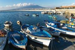 斯塔比亚海堡,那不勒斯,意大利-渔夫小船、蓝色海和维苏威火山 免版税库存图片