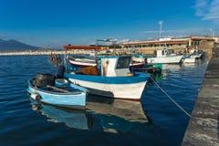 斯塔比亚海堡,那不勒斯,意大利-渔夫小船海湾在蓝色海 库存图片
