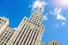 斯大林主义建筑学俄罗斯样式反对蓝天与白色云彩,看法的 欢迎到橄榄球世界冠军J 图库摄影