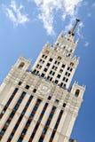 斯大林主义建筑学俄罗斯样式反对蓝天与白色云彩,看法的 欢迎到橄榄球世界冠军J 库存照片