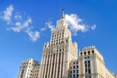 斯大林主义建筑学俄罗斯样式反对蓝天与白色云彩,看法的 欢迎到橄榄球世界冠军J 免版税库存照片
