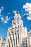 斯大林主义建筑学俄罗斯样式反对蓝天与白色云彩,看法的 欢迎到橄榄球世界冠军J 库存图片