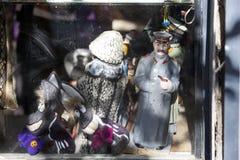 斯大林和苏维埃时代的长毛绒玩具雕象在旧货店的 免版税库存图片