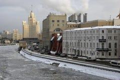 斯大林帝国样式摩天大楼, Kotalnicheskaya堤防的一个生存房子 库存照片