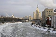 斯大林帝国样式摩天大楼, Kotalnicheskaya堤防的一个生存房子 免版税库存照片