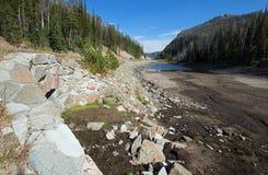 斯尔烷的遭受干旱的Eleanor湖通过高速公路对黄石国家公园东部入口在怀俄明 图库摄影
