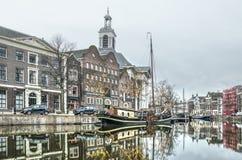 斯希丹运河、博物馆、驳船和教会 免版税库存照片