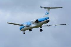 斯希普霍尔, Noord荷兰/荷兰11月20-11-2015 -从KLM Cityhopper PH-KZB福克战斗机F70的飞机在斯希普霍尔Airpo登陆 免版税库存图片