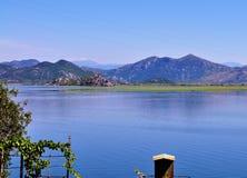 斯库台湖和山 免版税库存照片