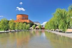 斯德哥尔摩。 市立图书馆和美丽的池塘在Norrmalm 免版税库存图片