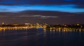 斯德哥尔摩在与光反射的晚上在水中 免版税库存照片
