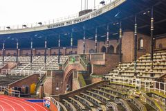 斯德哥尔摩奥林匹克体育场:南部的长凳和马拉松的门 免版税库存图片