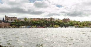 斯德哥尔摩的南部分的高部分命名了Sï ¿从海岛看的½ der Riddarholmen (骑士海岛) 免版税库存照片
